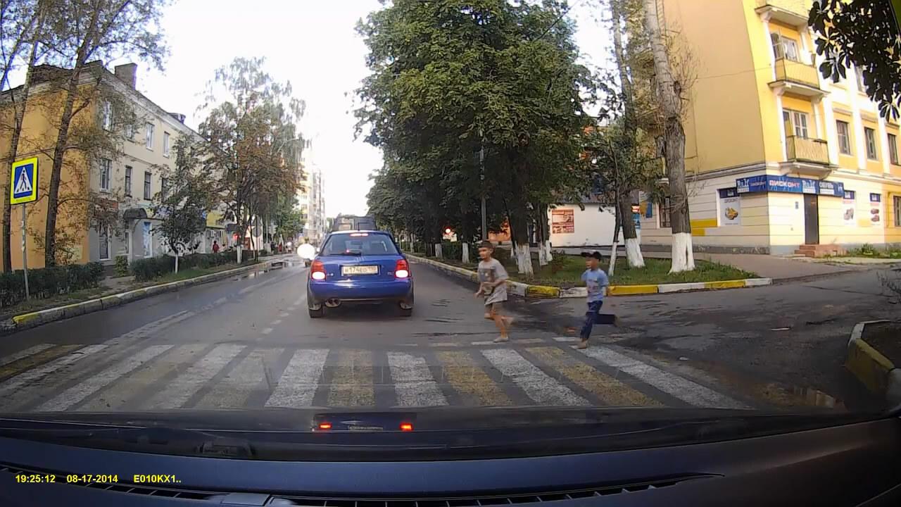 Мотоциклист сбил двух детей