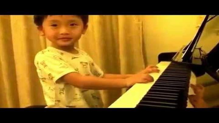 Этот 4-летний мальчик играет на пианино как настоящий виртуоз