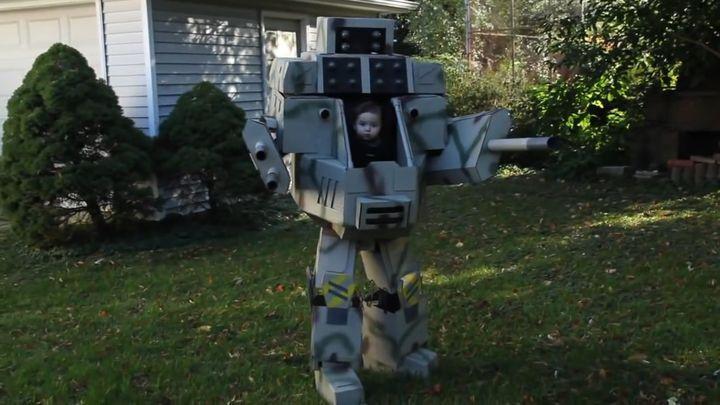 Отец сделал своему 6-месячному сыну костюм робота