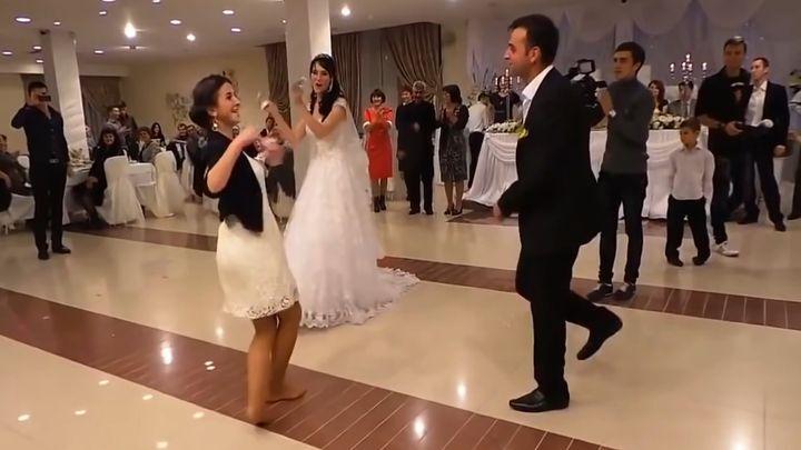 Эта южная девушка своим горячим танцем затмила даже невесту!