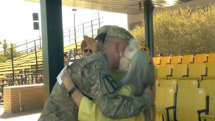 12 лет эта бабушка обнимала солдат в аэропорту перед отправкой на службу, но однажды её не оказалось на месте