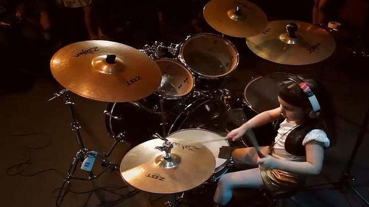 Когда ангелы заслуживают смерти! Вы только посмотрите, как эта юная 5-летняя барабанщица играет песню Chop Suey группы System of a Down