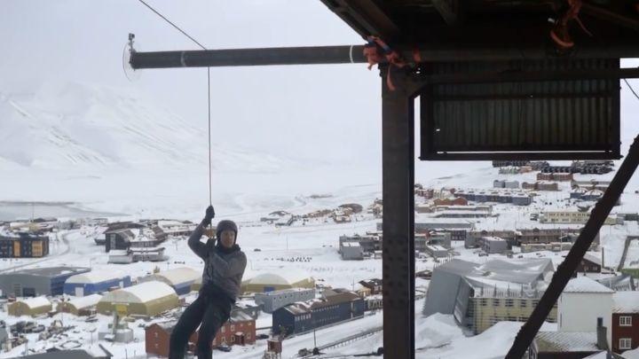 Физик прыгнул с 14-метровой высоты без страховки, использовав гирю в качестве противовеса