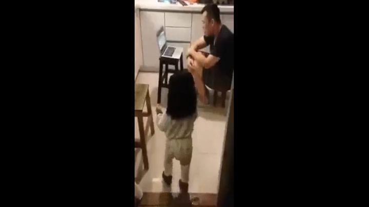 Заботливая девочка принесла папе воды