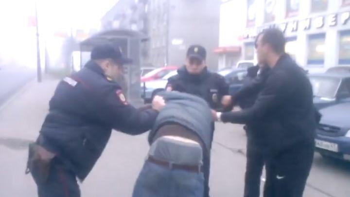 Вежливые полицейские Санкт-Петербурга до последнего старались не применять силу к пьяным хулиганам. Не получилось