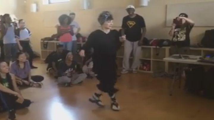 Когда вы увидите, как танцует эта бабушка, то не поверите, что ей 72 года