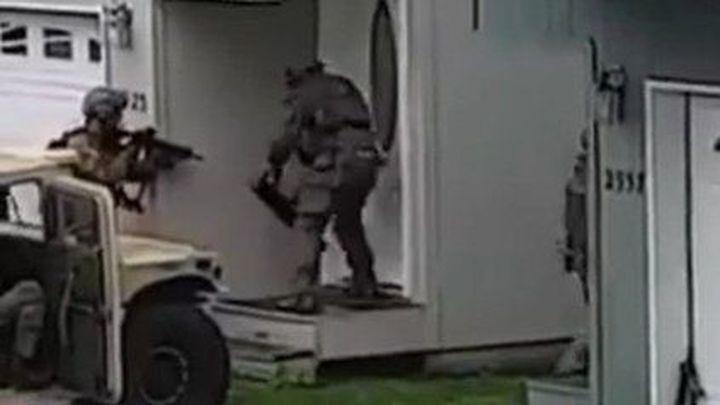 Бравый американский спецназ пытается выбить дверь
