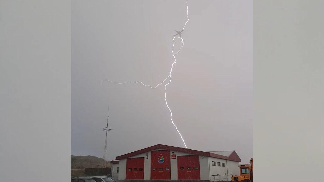 Момент удара молнии в исландский самолет попал на видео
