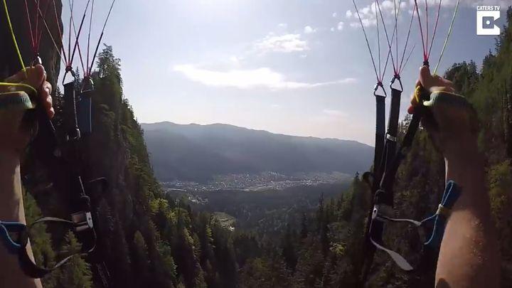 Сумасшедший парашютист пролетел над склоном горы на скорости 120 км/ч