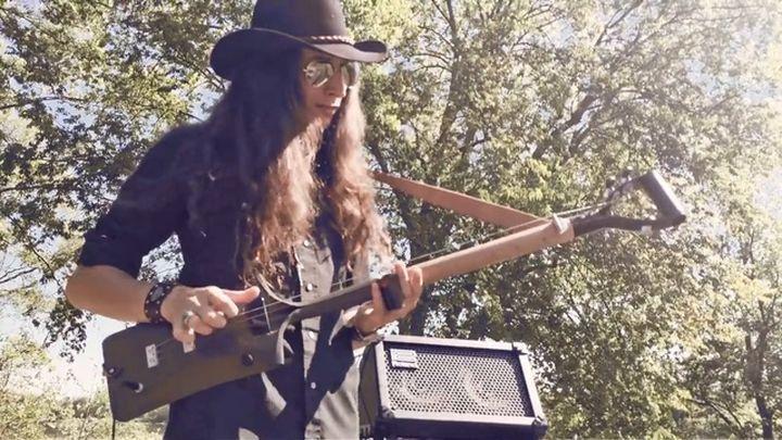 Талантливому музыканту и отсутствие настоящей гитары не помеха! Блюз на трехструнной лопате-гитаре