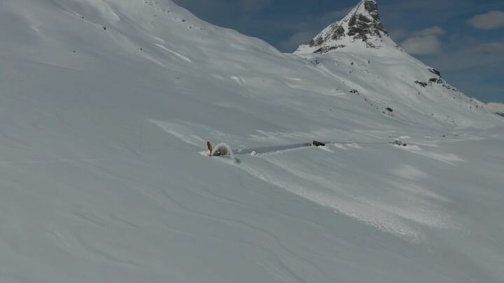 Очистка дороги в горах Норвегии от снега