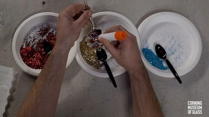 Хрупкая красота: как делают стеклянные елочные игрушки ручной работы
