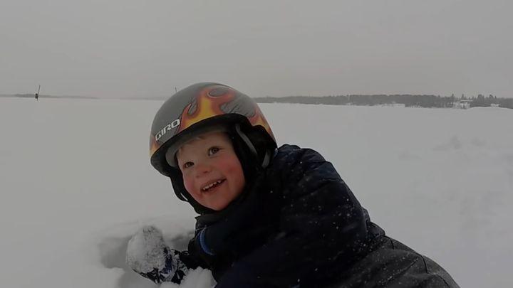 Этот 2-летний малыш катается на лыжах, как настоящий профи!