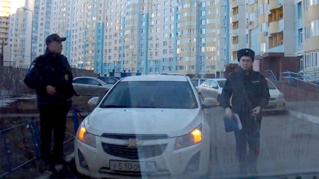 В Оренбурге полицейские не дали проехать такси к детскому саду