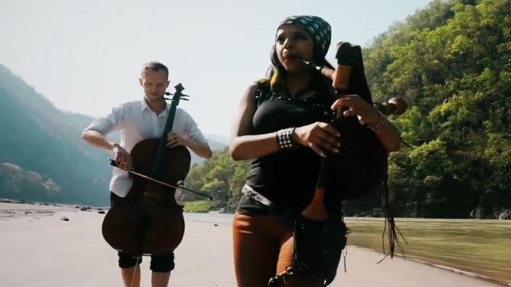 Великолепное исполнение темы из фильма «Пираты Карибского моря» на волынке и виолончели