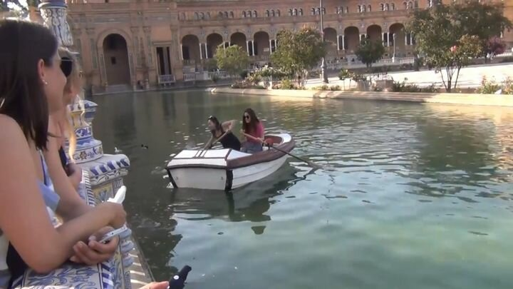 Две девушки не могут разобраться, как грести на лодке