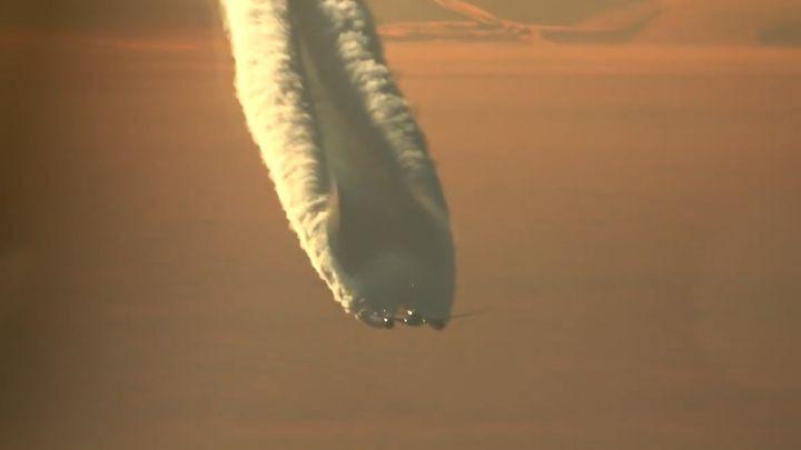 Boeing 787 Dreamliner  оставляет за собой удивительный конденсационный след
