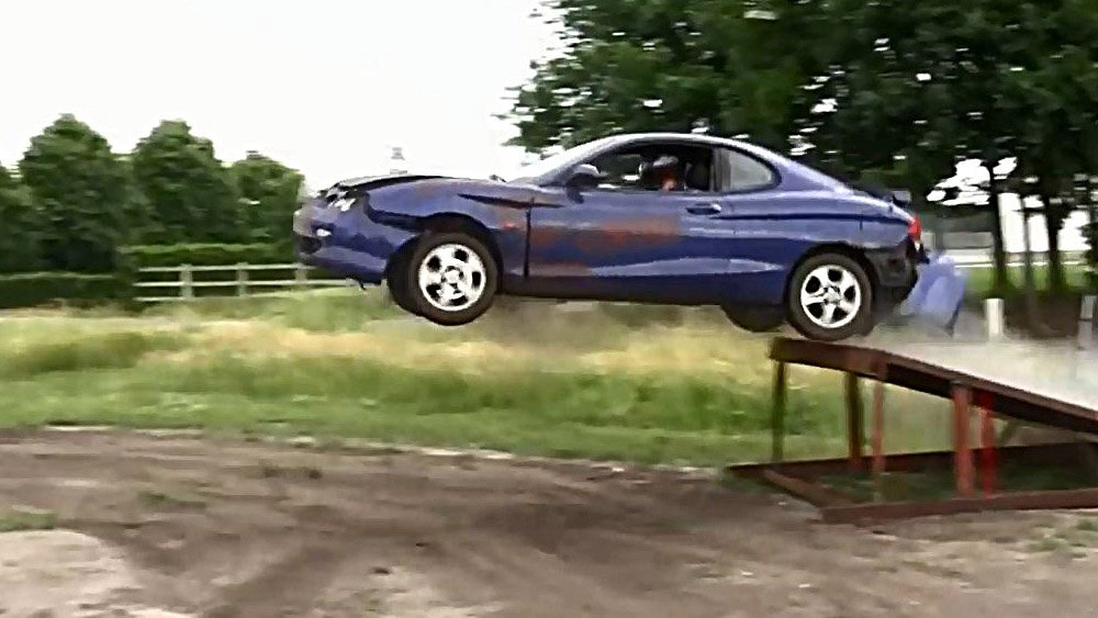 Hyundai Coupe убивают с трамплина
