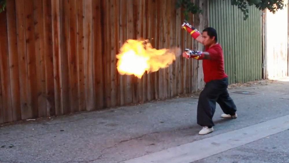 Перчатки, стреляющие огнем при ударе