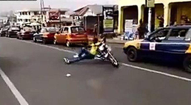 Африканский мототрюкач на дороге