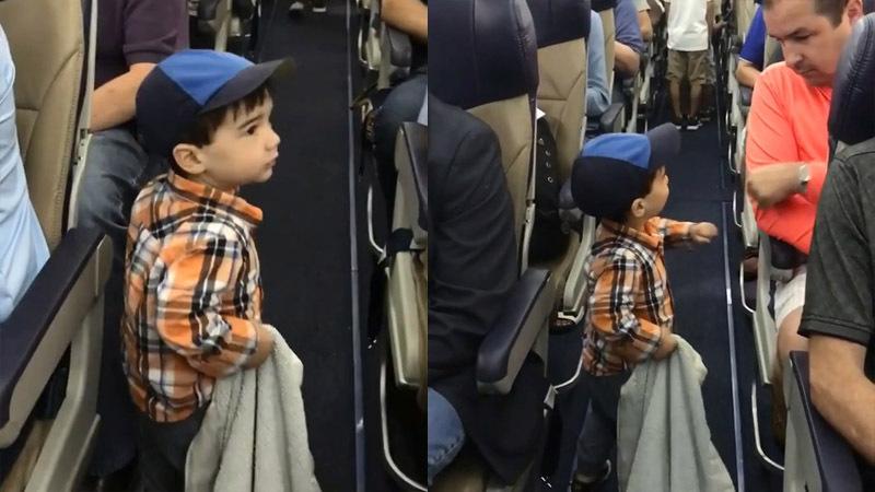 Мальчик прощается с пассажирами самолета