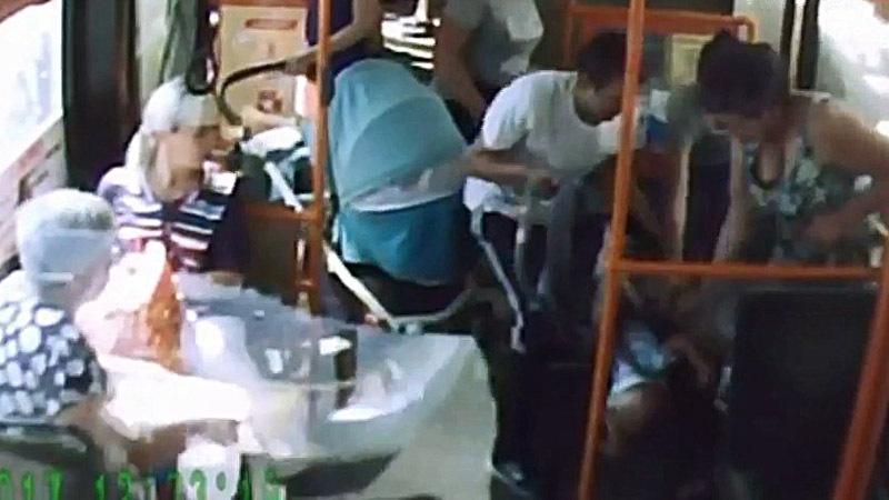 В Красноярске в автобусе упала коляска с ребенком