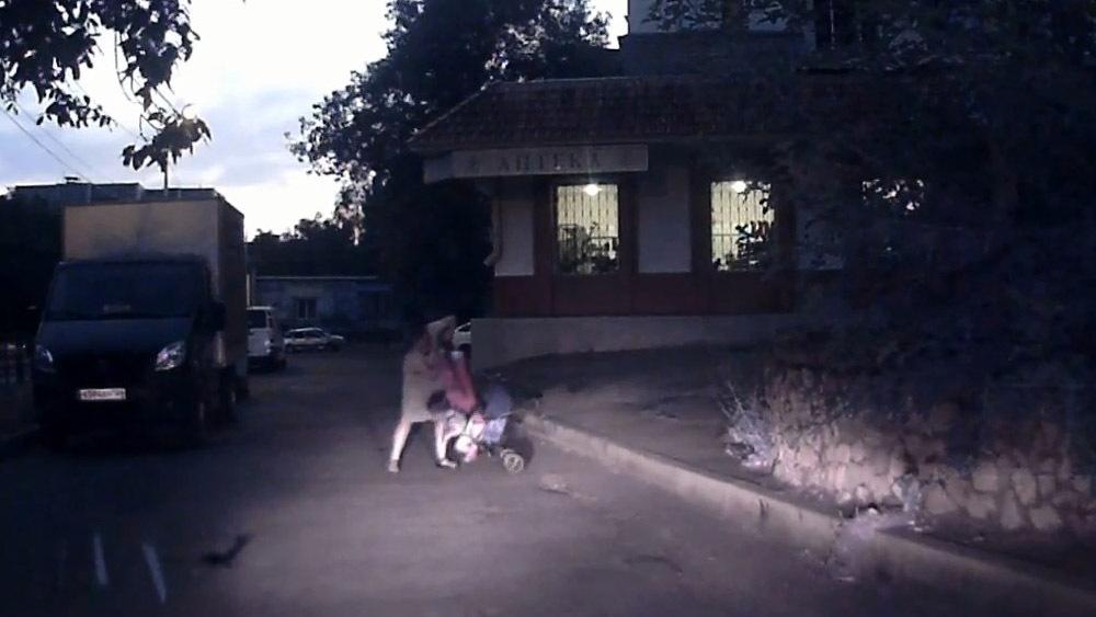 Ребенок в коляске упал на дорогу