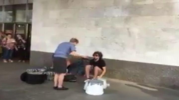 Слушатели заступились за уличных музыкантов, которых пыталась прогнать сотрудница московского метрополитена