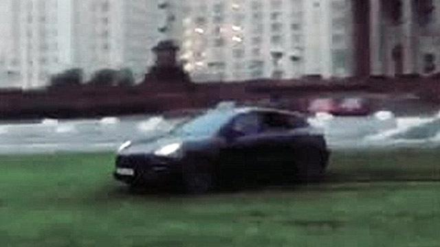 Водитель Porsche устроил заезд на газоне перед МГУ