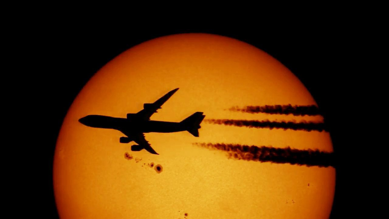 Новосибирский фотограф снял самолёт на фоне Солнца