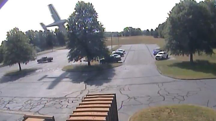 Легкомоторный самолет врезался в дерево и эффектно припарковался