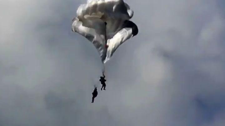Повезло, так повезло! Парашютисты удачно приземлились после того, как запутались стропы их парашютов