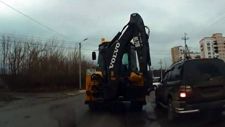 Наглец мгновенно был наказан трактором