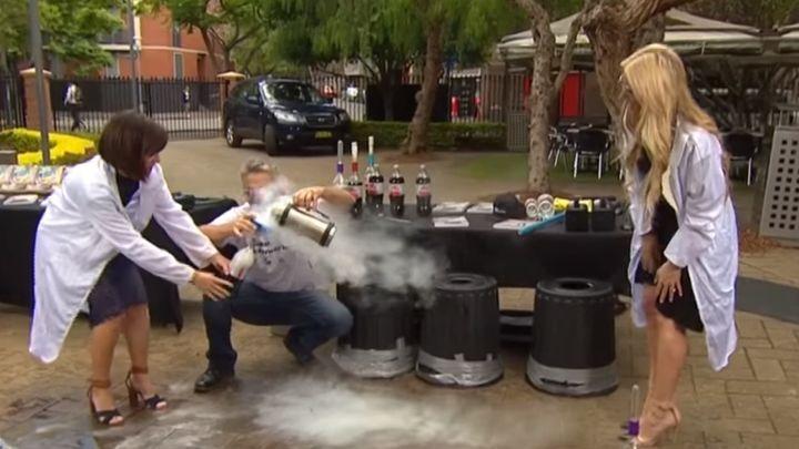 Опасный эксперимент с колой и жидким азотом едва не закончился травмой для одной из телеведущих