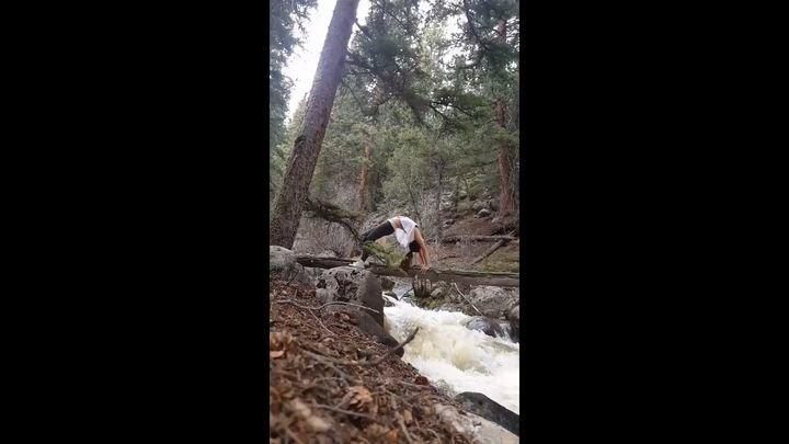 Девушка упала в бурную реку во время йоги