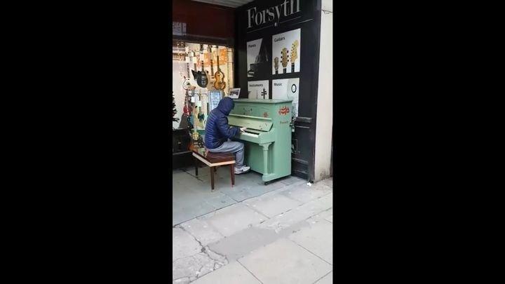 Парень просто сел за уличное пианино в Манчестере и начал играть