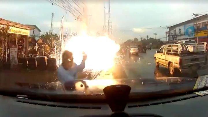 Житель Таиланда в последний момент увернулся от оборвавшегося провода