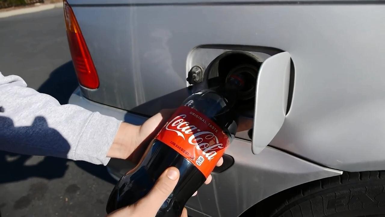 Эксперимент: два литра Колы залили в бензобак автомобиля