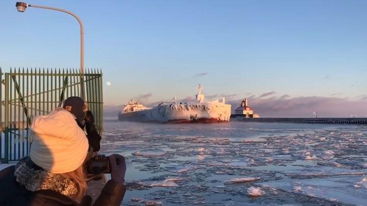 Огромное обледеневшее судно Presque Isle входит в гавань