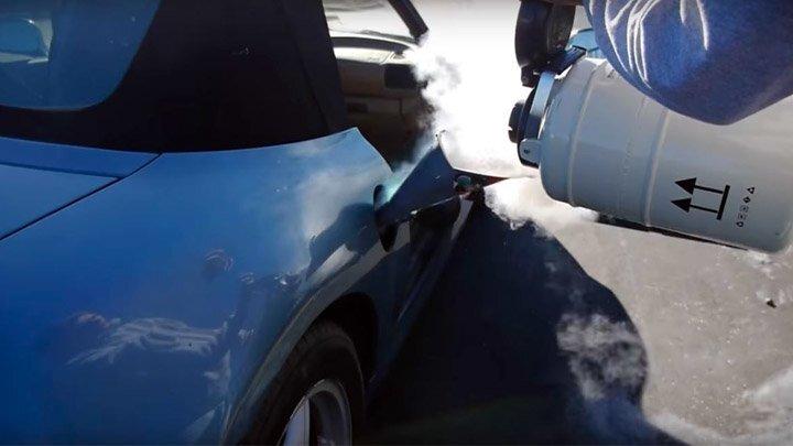 Эксперимент: три литра жидкого азота залили в бензобак автомобиля