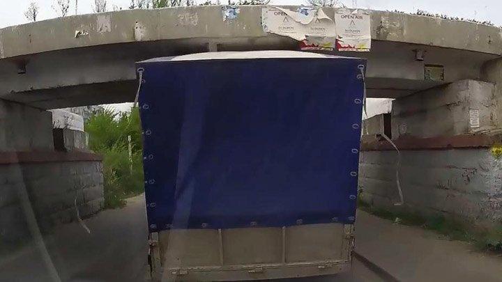 ГАЗель не прошла под железнодорожным мостом
