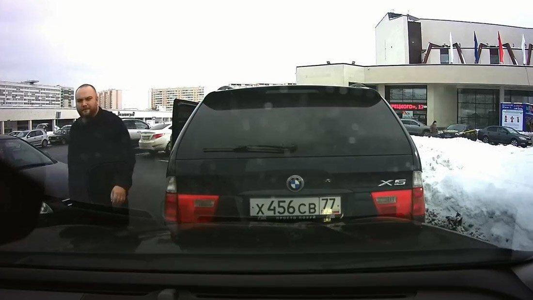 Женщина с ребенком получила струю из перцового баллончика на парковке в Зеленограде