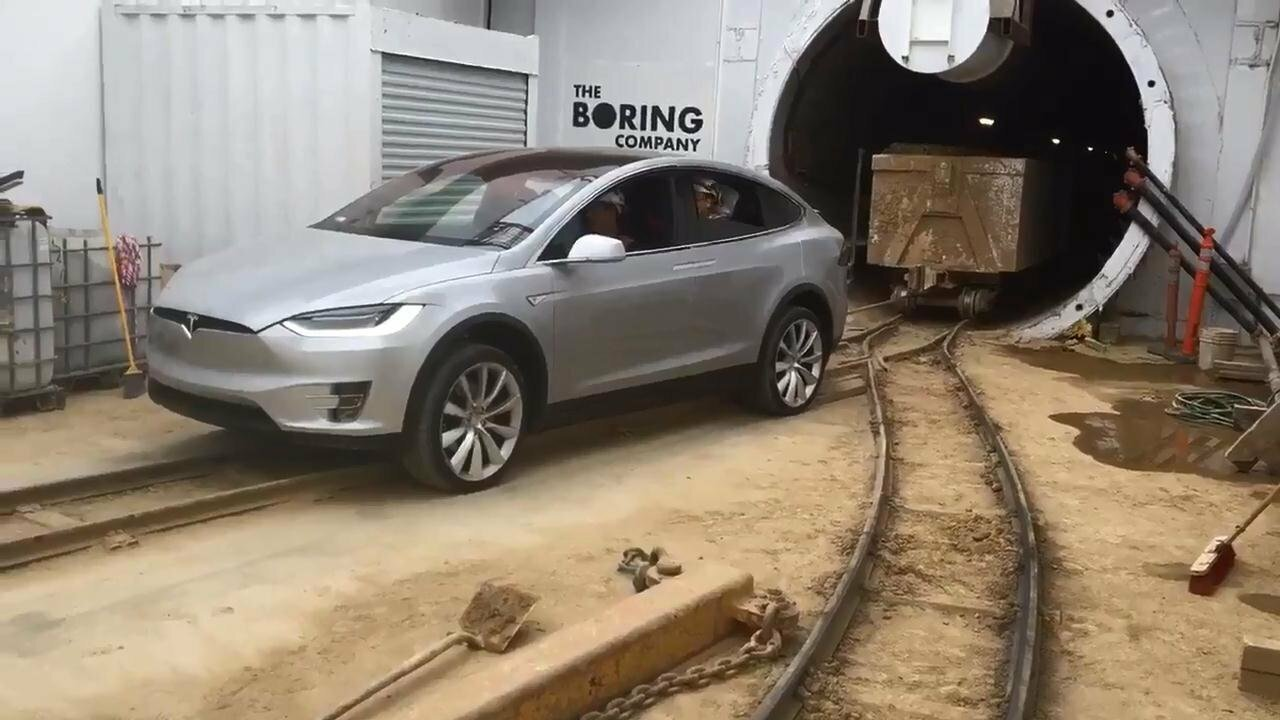 Tesla Model X оттащил состав вагонеток общей массой около 113 тонн