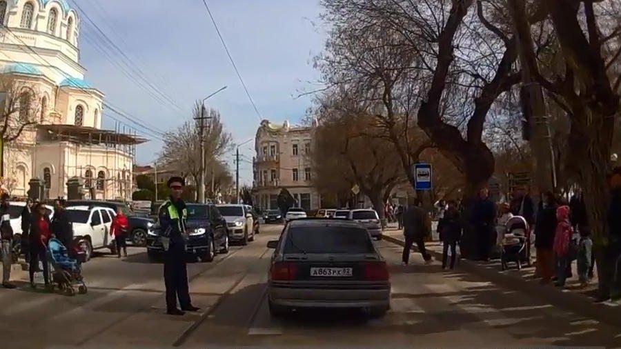 Пешеходы против регулировщика в Евпатории