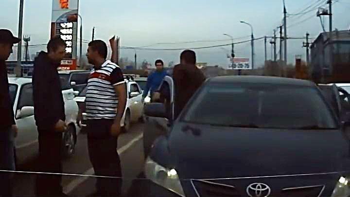 Водитель Камри с агрессивными пассажирами устроил ДТП на встречной полосе