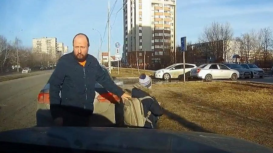 Небольшой утренний конфликт автомобилистов  у школы в Тольятти