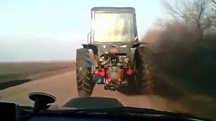 Сельский форсаж: гоночный трактор уходит в точку