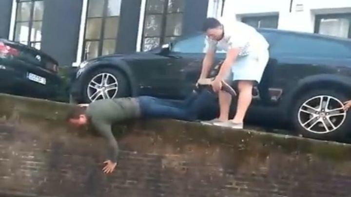 Пьяный турист потерпел фиаско, пытаясь достать упавшую в водный канал банку пива
