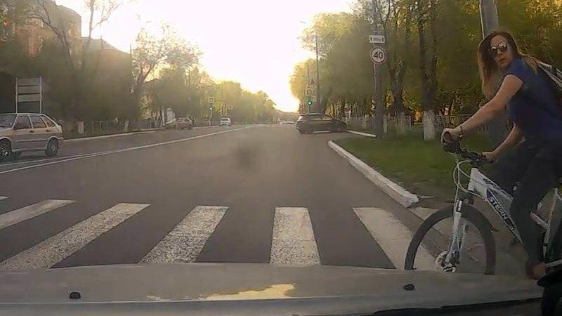Велосипедистка, пешеходы и водитель, считающий себя правым