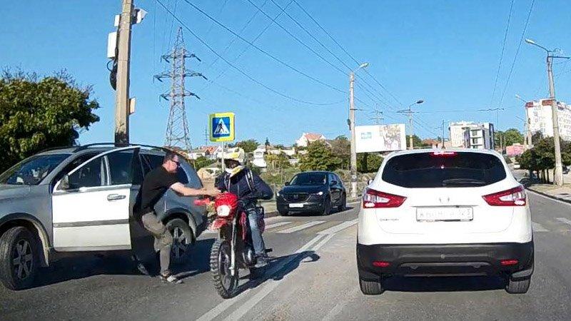 Казалось бы, при чем тут мотоциклист? А впрочем, какая разница!